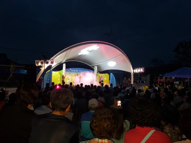 7월 18일 화요일 목화음악회 한여름 밤의 신나는 음악여행이 단성면 공원에서 열렸다 허기도 산청군수님이 열창 하고 있습니다 무더운 한여름 밤인데도 단성면민이 다 모여서 …
