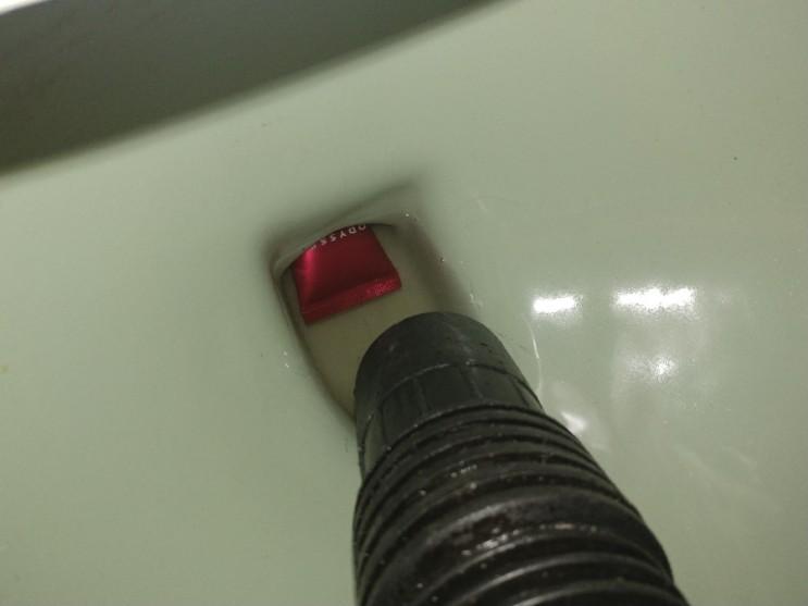 변기에 화장품 튜브가 들어가서 화장실 변기가 막혔어요!