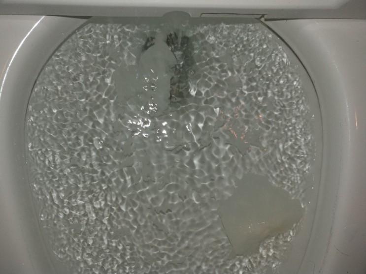 변기에 들어간 휴지걸이 때문에 막힘이 발생해도 변기를 바꾸실 필요는 없습니다.