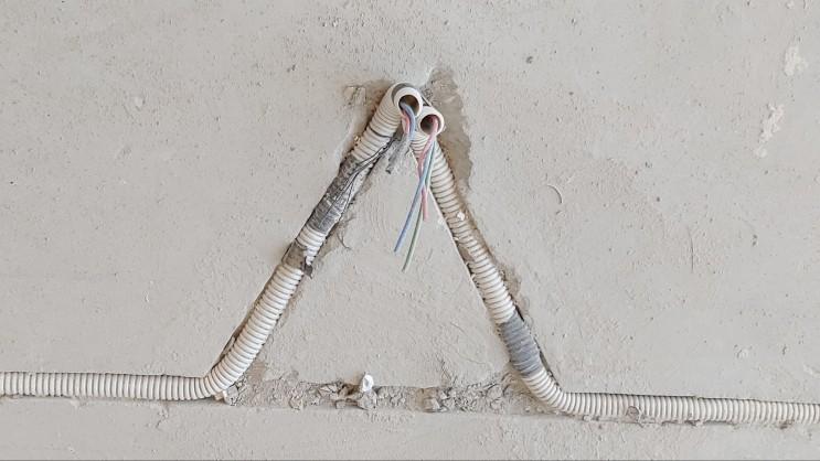 바닥 까데기 후 전기배관 바닥 콘센트 전기배선 뷰
