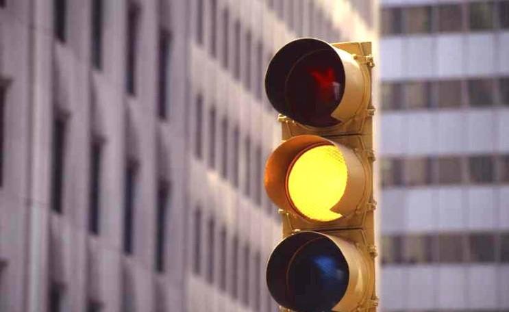 정지선 앞 황색신호로 바뀐다면? 통과해야한다 vs 멈춰야한다! 신호위반? 당신의 선택은?