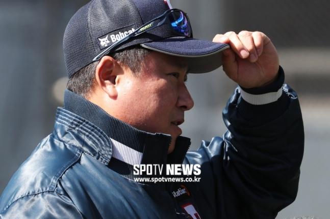 斗山キム・テヒョン監督、ビデオ判読抗議でシーズン1号」退場」