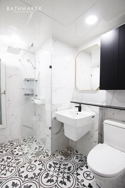 비앙코카라라 타일을 시공한 욕실 모아보기, 골드 액세사리, 화사하고 밝은 욕실