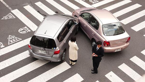 좌회전 하려던 차량이 차선 변경후 직진 주행하던 차량과 사고가 났을 경우 과실 비율은?