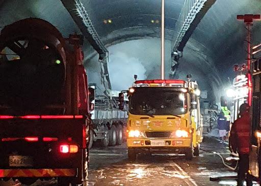 순천-완주 간 고속도로 '남원 사매 2터널'서 20중 추돌사고 ... 유독가스유출 2명사망 ·37명부상