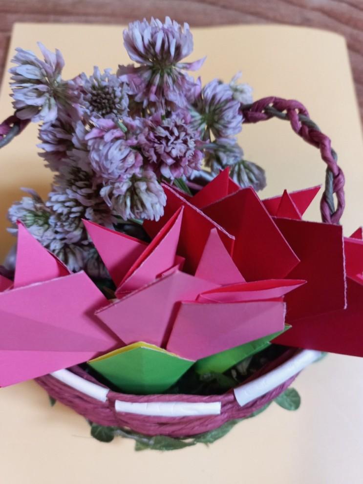 토끼풀 꽃다발과 쑥향기 가득한 카네이션 바구니