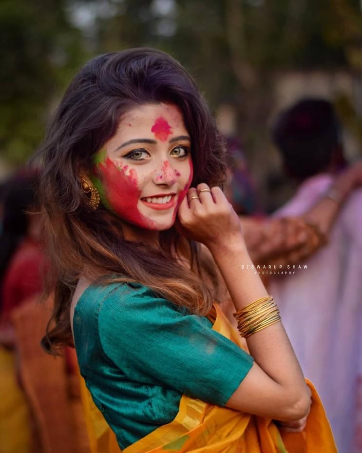 인터넷 속 신비한 여인, 인도의 시골 축제 속 황금눈동자 소녀