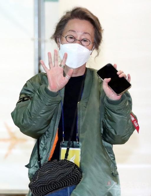 미나리 윤여정 항공점퍼 귀국소감 공항패션 공항가방