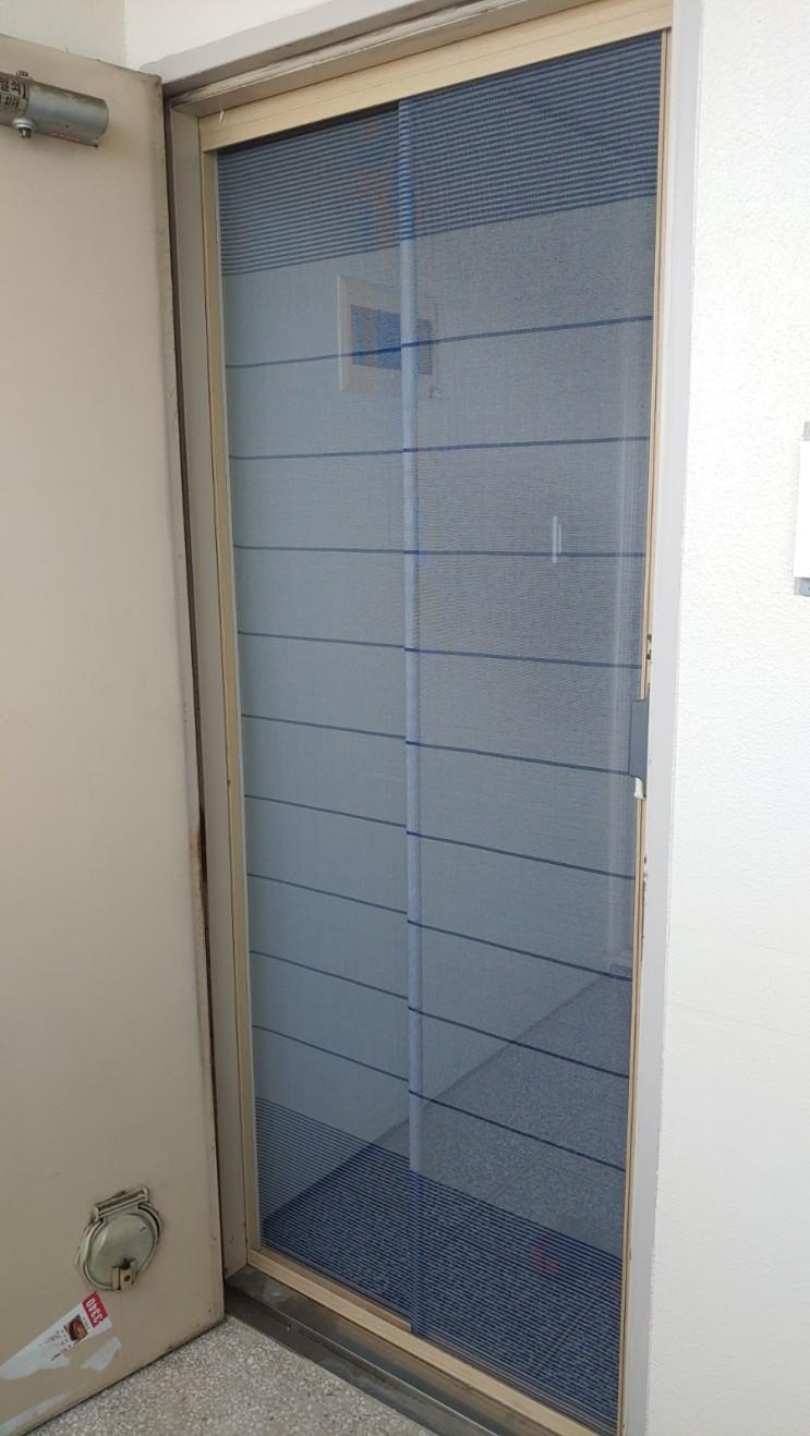 현관자동롤방충망을 설치하고 창문 베란다 방충망을 교체 했습니다