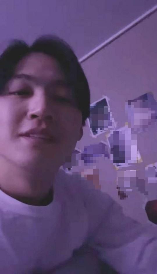 갓세븐 출신 제이비, SNS 라이브 방송 중 외설 사진으로 논란을 일으켜...
