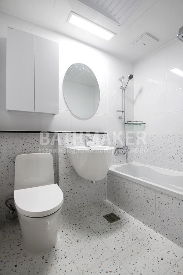 경기 의정부시 민락동 화장실공사 - 이누스도기와 타원형거울을 설치한 민락엘레트 테라조 화장실인테리어