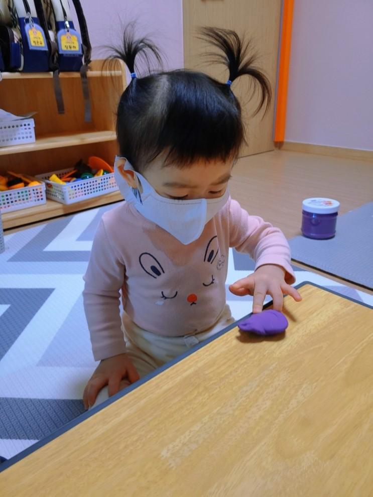 로아 어린이집 일상 - 스티커 붙이기와 클레이 놀이