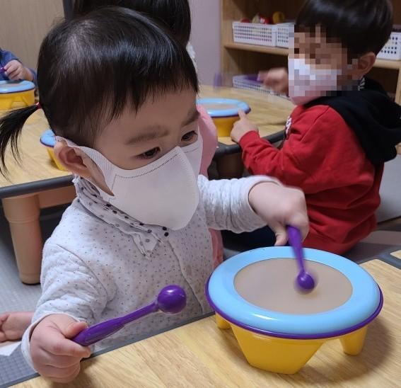 로아 어린이집 일상 - 독서와 드럼치기