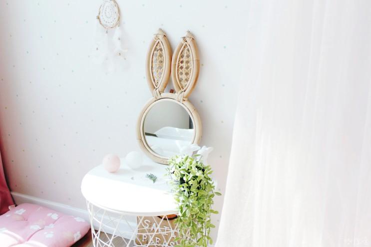 여자아이방 인테리어 설레는 라탄 벽걸이 토끼거울로 꾸미기