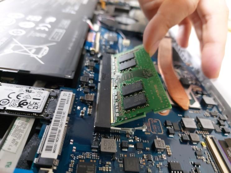 삼성 노트북 이온2 분해해서 램 추가하는 방법