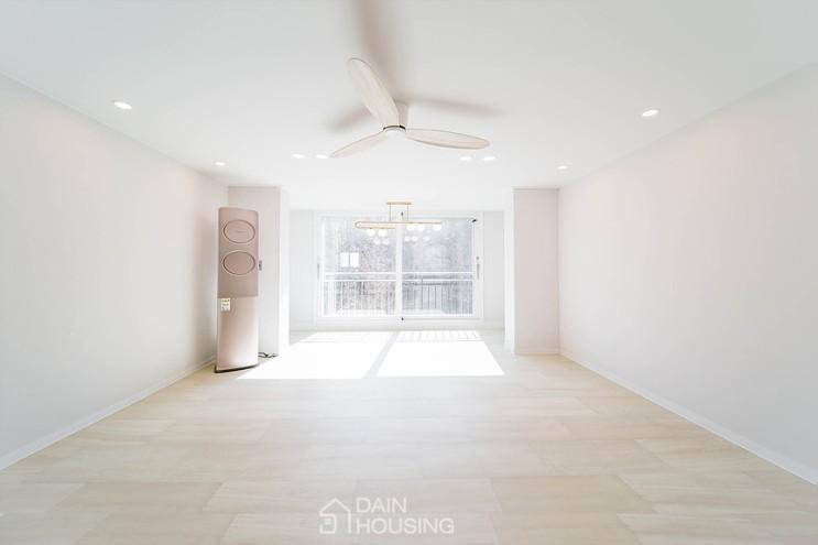 [동작구 흑석동 동양아파트 24평 인테리어] 내추럴한 우드와 화사한 화이트 컬러 베이스에 조명으로 포인트를 주어 클래식하게 완성한 공간 by 다인하우징